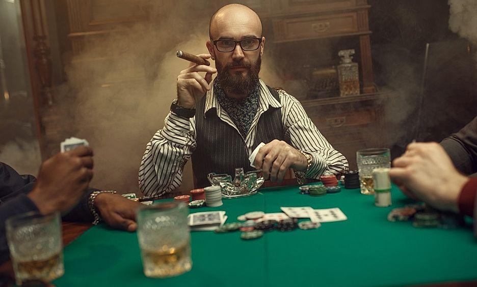 bebaarde poker speler met sigaar casino